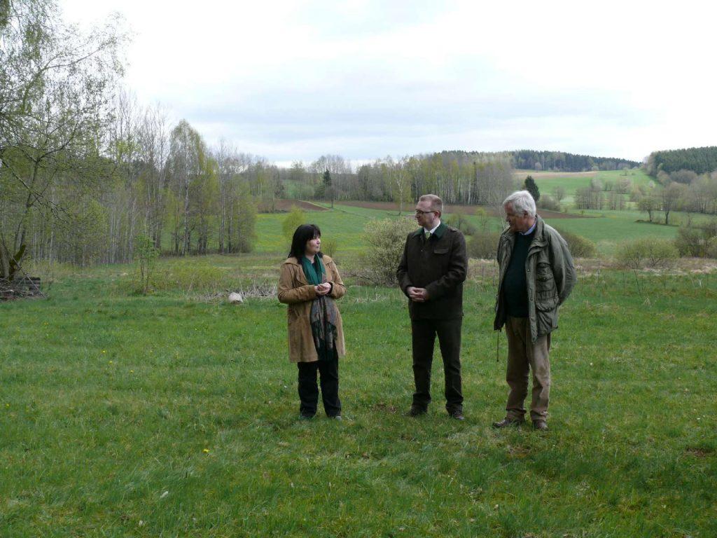 Pressetermin mit Bürgermeisterin Birgit Höcherl von Schönsee, Landtagsabgeordneter Alexander Flierl und Stiftungsratsvorsitzender Prof. Dr. Jürgen Vocke Land