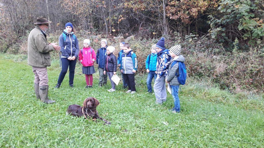 Die Aufgaben eines Jägers und seines Jagdhundes interessieren die Schüler.