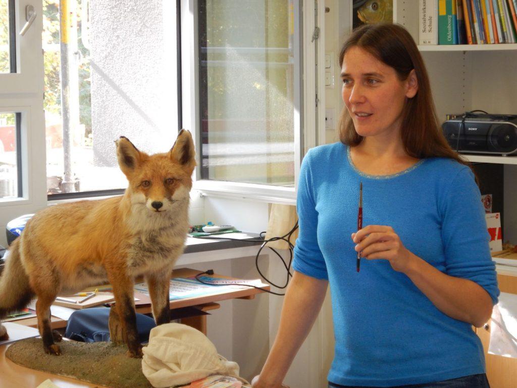 Esther Lindner erklärt Grundsätzliches zur Zeichentechnik.