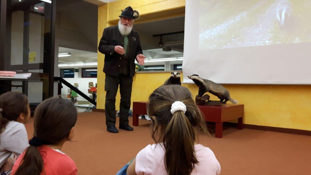 Jäger W. Portisch erzählt den Kindern Wissenwertes zum Dachs.